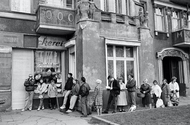 Fotografie : Das andere Ost-Berlin *** Eine der Lieblingsbeschäftigungen der DDR-Bürger - Schlangestehen ***