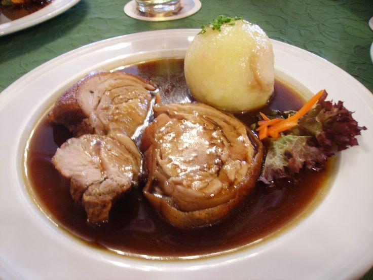 Good Spanferkel aus dem Holzbackofen mit Kn del und Salat landgasthof