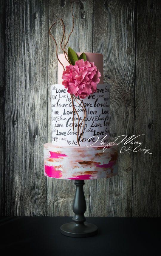 Pastel de boda con letras y flor