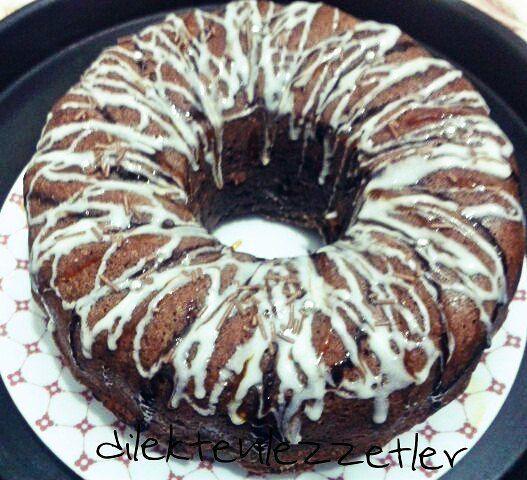 En güzel mutfak paylaşımları için kanalımıza abone olunuz. http://www.kadinika.com Çikolatalı Kek  Malzemeleri  3 yumurta 1 su bardağı 1 Y. Kaşığı şeker 1 tepeleme yemek kaşığı kakao 2 tepeleme yemek kaşığı Hindistan cevizi 1/2 su bardağı sıvı yağ 1/2 su bardağı süt 1/2 su bardağı krema 1 paket kabartma tozu 1 çay kaşığı karbonat 40 gr bitter çikolata  Süsleme için dilerseniz karamel beyazve siyah çikolata sos (@lezzetlimutfakonline)  Yapılışı  Yumurta ve seker krema kıvamına gelip şeker…