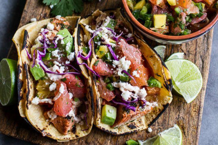 Estos tacos de pescado es una de esas preparaciones llena y desabores agrios y picantes. – aunque para los no amantes del chile se puede eliminar este