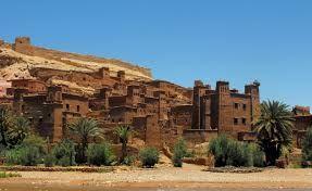 La maggior parte dei cittadini che vivono nella regione ora vivono in alloggi più moderno in un villaggio vicino, ma ci sono quattro famiglie che ancora vivono nella città antica. Questa fortificazione gigante, che ha sei kasbah e ksour che sono quasi cinquanta individui kasbah, è un eccellente esempio di architettura in terra argilla. Situato ai piedi del versante meridionale dell'Alto Atlante in provincia di Ouarzazate, il sito di Ait Ben Haddou Ksar è…