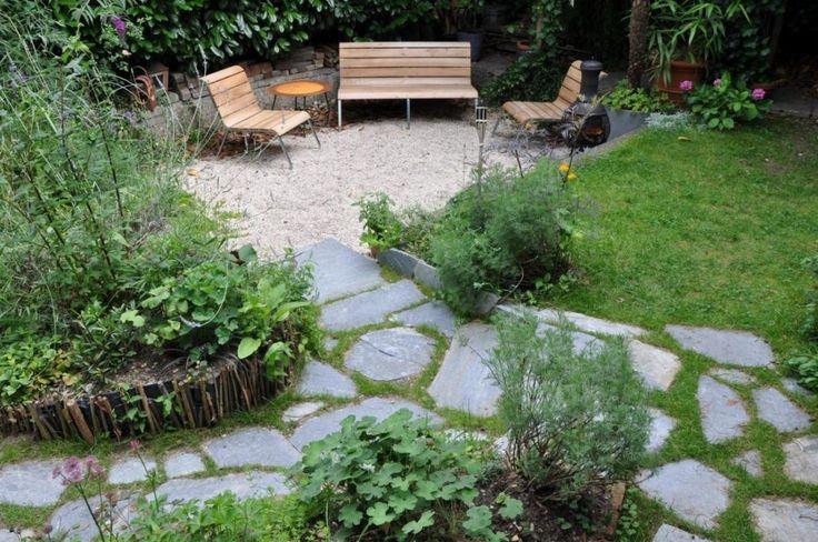 Stapstenen - flagstones - in de tuin. Net zoals vroeger! De flagstones hebben een voeg van gras. Tuinontwerp: Suzan van Lieshout.