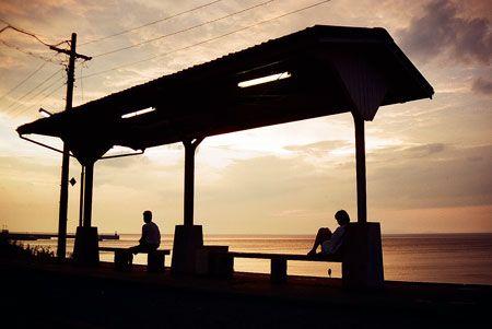空が茜色に染まる。やがて来る列車を待つ人は、シルエットになりどこか物憂げ。2000/8 JR予讃線 下灘駅© 2010 風旅記(M.M.) 風旅記以外への転載はできません...