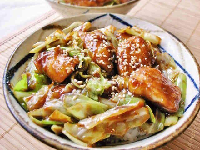 キャベツと鶏胸肉のピリ辛味噌丼!回鍋肉風の画像
