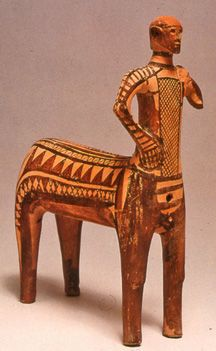 CENTAURO de Terracota hallado en dos mitades en el yacimiento de Lefkandi en EUBEA, s. X a.C - Después de la Edad oscura, aparecieron los Doricos, empezando su arte con pequeñas figuras fabricadas con terracota, metal o piedra y la cerámica , de manera esquematizados. Se trata de un ser mítico, el centauro y se representa por 1a vez en el arte griego.Mitad hombre mitad caballo decorado con motivos geométricos, oscuro sobre claro.