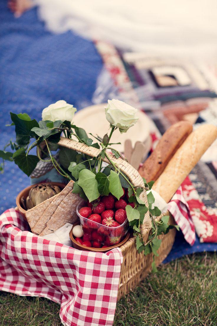 Photo by Olof Elm - Lindström Studio - www.lindstromstud... - © Copyright Fotograf Jonas Lindström AB - #wedding #bröllop #love #brudpar #vigsel #picnic #food