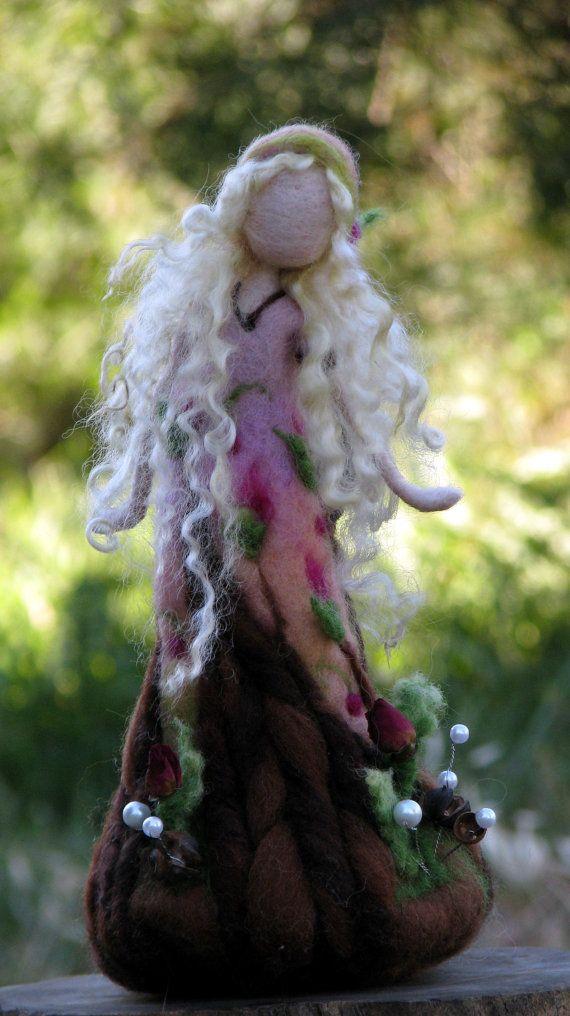 Aguja fieltro rosa muñeca arte inspirado en Waldorf