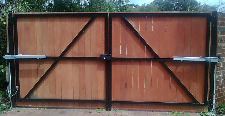 Wooden driveway gate locks woodworking projects plans for Driveway gate lock