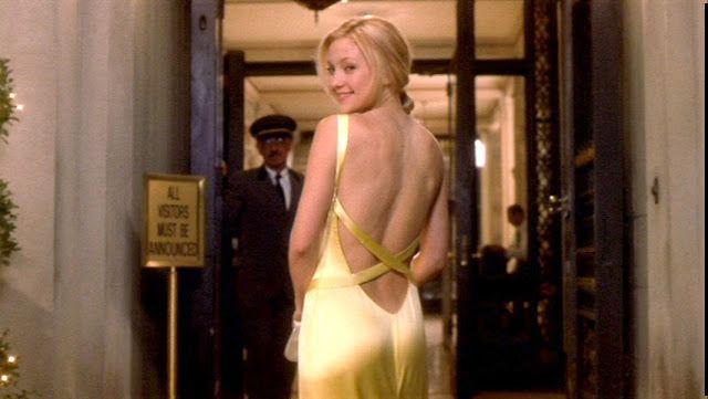 O vestido amarelo usado Kate Hudson no filme Como Perder um Homem em 10 Dias (How to Lose a Guy in Ten Days, 2003) - O vestido em cetim amarelo com detalhes de fitas de seda, é da grife Versace e foi muito copiado também, ele possui um decote generoso na parte de trás.