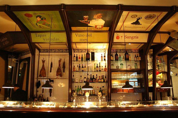 Teatro. Spanisches Tapasrestaurant mit klassischer Einrichtung, Bar, Cocktailkarte und Tischen im Freien. Adresse: Balanstraße 23, 81669 München