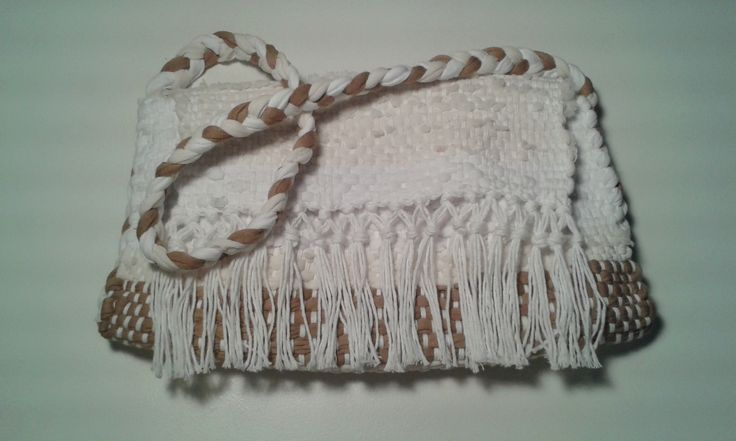 Cartera de totora e hilo de algodón, tejida en telar