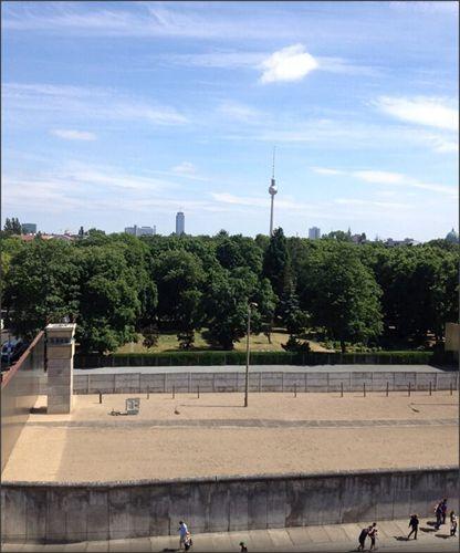 Overblijfselen van de Berlijnse muur met een uitkijk post. #berlijn #berlijnsemuur