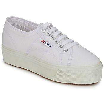 Superga nous propose cette saison un revival des années 90 avec ce modèle de sneaker monté sur plateau. Tendance et féminin, ce modèle vous accompagnera tout l'été, dans vos looks les plus fous. - Couleur : Blanc - Chaussures Femme 84,90 €