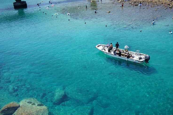 この写真、海のあまりの透明度の高さから船が宙に浮いて見えますよね。絶景好きのあなたならきっとイタリアのランペドゥーザ島では...?と思ったはず。しかし、実はこの写真は日本のあるビーチの写真だったのです!ここは高知県にある「柏島」。一体、どんな絶景ビーチなのでしょうか。