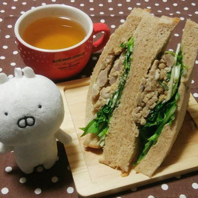 お家モーニング!はちみつ入りみそ豚&水菜のサンドイッチ、前の日に買ったやつだけど朝でも水菜シャキシャキで美味しかった。 うさまる「フルーツサンドじゃないピエー」  #お家モーニング#morning#モーニング#パン屋さん#アンテンドゥ#30パーセントオフ#はちみつ入り#みそ豚#水菜#サンドイッチ#sandwich#豚肉#肉#パン#食パン#朝ごはん#お茶#かぶせ茶#tea#うさまる#うさこ#うさまるとうさこ#クリップまる#usamaru#usamaru#うさまる劇場#100均のランチョンマット