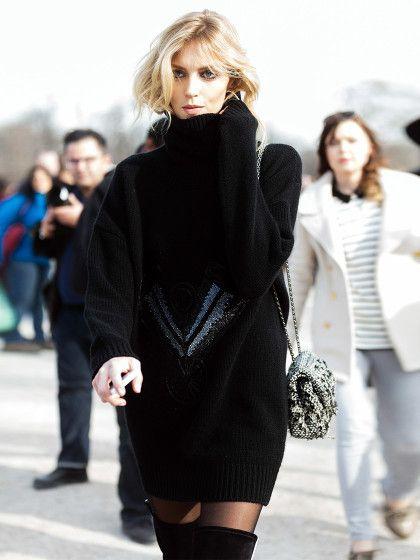 Model Romy Schonberger im coolen schwarzen Pulloverkleid und Overknee-Stiefeln.
