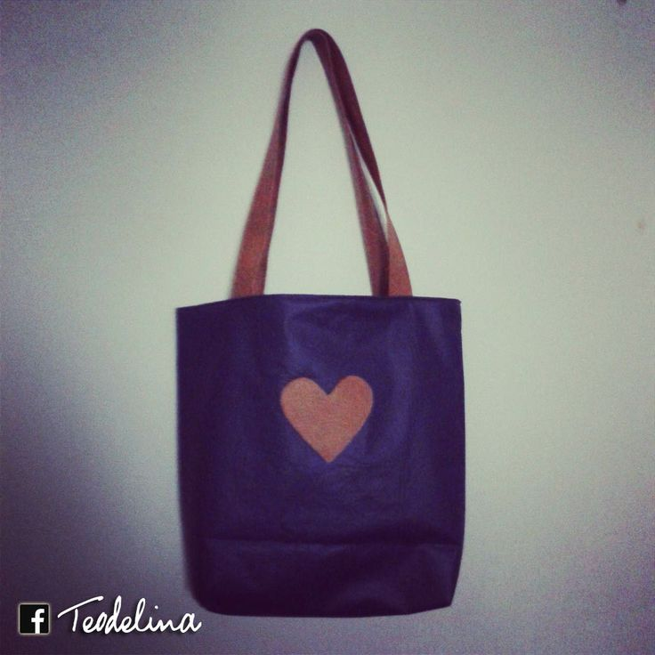 Cafrtera violeta de cuerina con corazón ♥