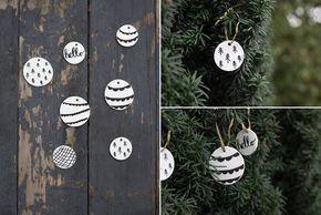 Schwarzweiße Weihnachtsbaumanhänger aus Modelliermasse