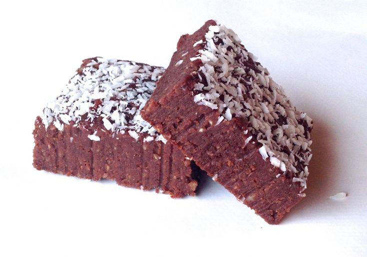Lækker raw konfektkage, der smager skønt og er et godt alternativ til traditionelle lækkerier. Den er lavet af helt naturlige ingredienser.