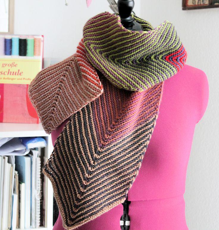 Ich wollte zu gern einen schönen langen Schal mit tollem Farbverlauf. Also schnappte ich mir 3 Knäule Zauberball Gradient und strickte farbenfrohe Streifen.