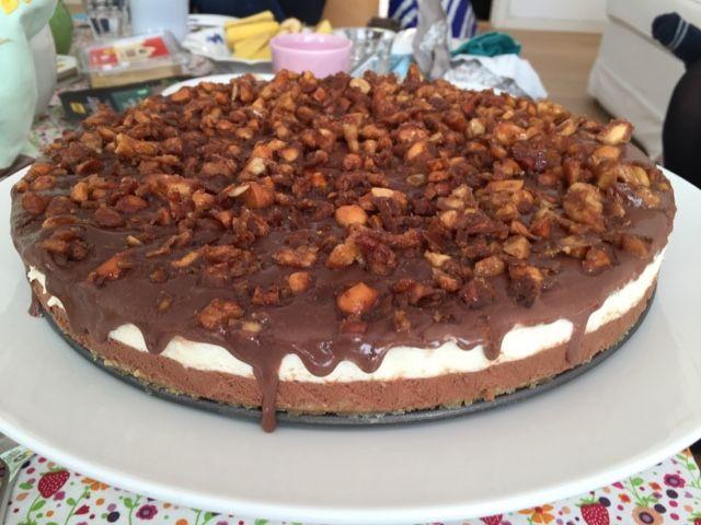 Chokolade og vanilje cheesecake med karameliserede nødder