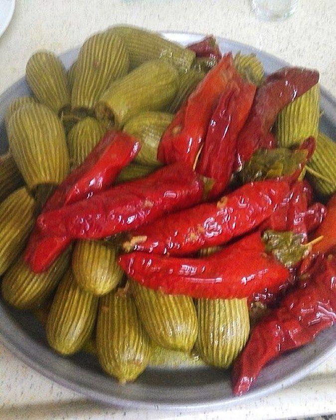 En güzel mutfak paylaşımları için kanalımıza abone olunuz. http://www.kadinika.com Dolmamızın pişmiş haliiiiiii Mevsim bahar olunca bizdede tencereler renkleniyor tazecik kabaklar ve antakyaya özgü acı kırmızı biber dolması oyulmuş kabakları nar ekşisi ile önce yıkıyoruz sonra iç harcı dolduruyoruz. Ağzından taze yaprak kapatıyoruz ve altını kapatmaya yakın sulandırılmış nar ekşisi döküyoruz 15-20 dk daha kaynatılan dolmalar nar ekşisinin etkisiyle lezzetleniyor #insta_foodandplaces…