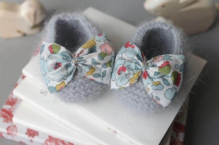 Chaussons bébé angora avec un noeud en Liberty. | Fall in Lo : cadeaux naissance en cachemire, cardigans bébé et chaussons