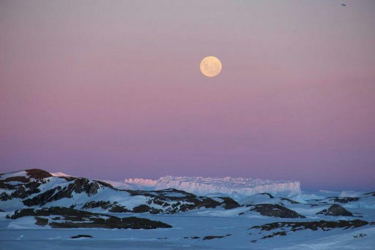 Fotografía de la Luna llena tomada al atardecer del lunes, 14 de noviembre de 2016, desde la EstaciónBharati de la India en la Antártida. La fotografía fue tomada con una cámara Canon EOS 600D; tiene 160 de ISO y un tiempo de exposición de 1/200 segundos.  Crédito: B. Sudarsan Patro