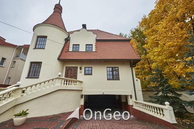 Dom na sprzedaż #Warszawa  #Wilanów IV piętrowy dom o powierzchni 750 m2 w skład którego wchodzi 15 pomieszczeń, 6 łazienek, 4 miejsca parkingowe , 3 balkony oraz 200 metrowa piwnica.