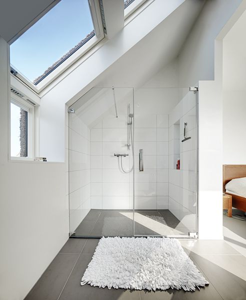 Inspiratie voor het verbouwen van een zolder: badkamer en slaapkamer in één. #FAKRO #dakraam #verbouwen