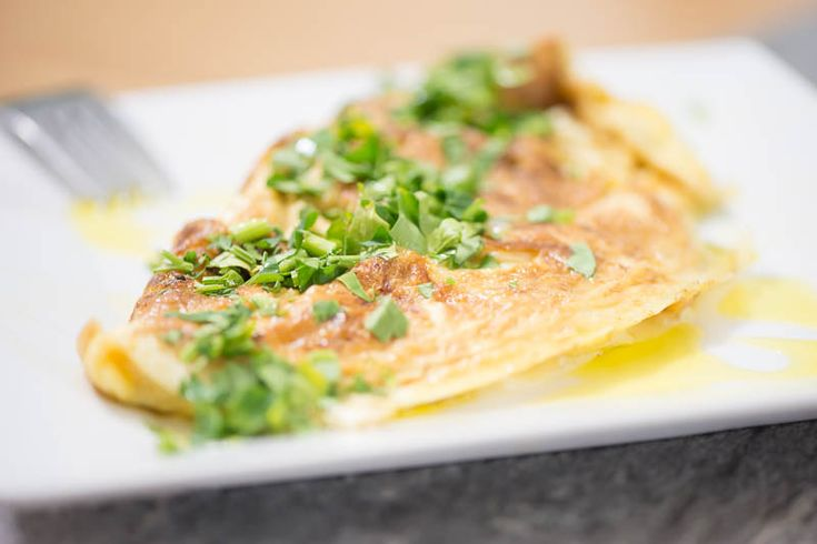 Ostomelett med brynt lök - Varför krångla till det? Vill du laga något snabbt och gott så är en omelett ett säkert kort. Det här är en enkel variant med lök och ost. Fördelen med omeletter är att du kan ha det här som en grund och sedan utforska kylskåp och skafferi och skapa nya spännande smaker.  #mat #recept #vego #vegetarisk #vegetariskt #omelett