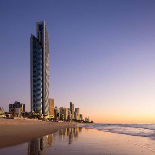 Can you imagine being at the Surfers Paradise Beach #hotel in #Australia one afternoon with this sunset? With your feet in the warm sand...simply delicious!