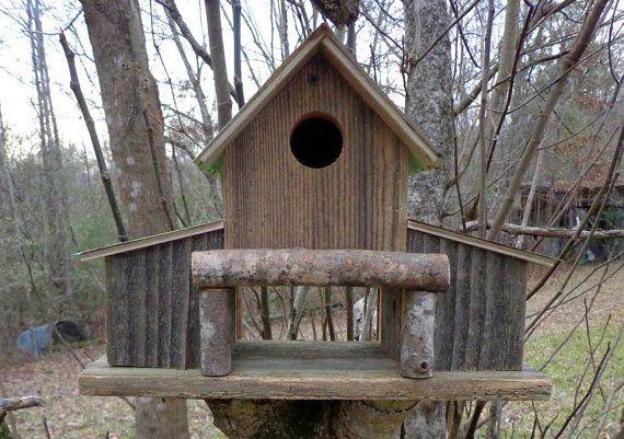 Birdhouses e alimentatori fanno i regali perfetti come essi continuare a dare. Guardando gli uccelli a preparare la loro casa per la nidificazione porta un sorriso sul mio volto. Dopo il portello, i genitori sono veloce e furiosi raccogliendo & portando il cibo torna ai bambini. Guardando il fledgelings è veramente commovente. È sicuramente un regalo perfetto. Heck - dare uno a te :-) Te lo meriti.  Offerto in vendita è questo birdhouse impressionante di stile fienile MADE IN USA da cedar…