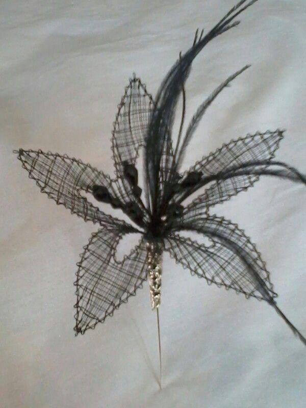 Broche flor negra realizada en encaje de bolillos
