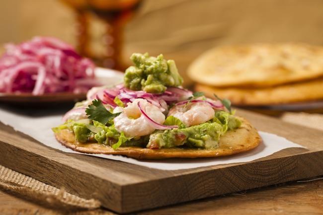 Tostadas med scampi - serveres med rødløk, avocado, chilli og lime.