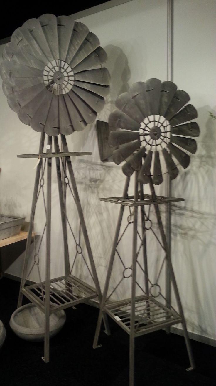 Een windmolen voor in de tuin of op terras. Op het plateau kan een plantenbak worden gezet