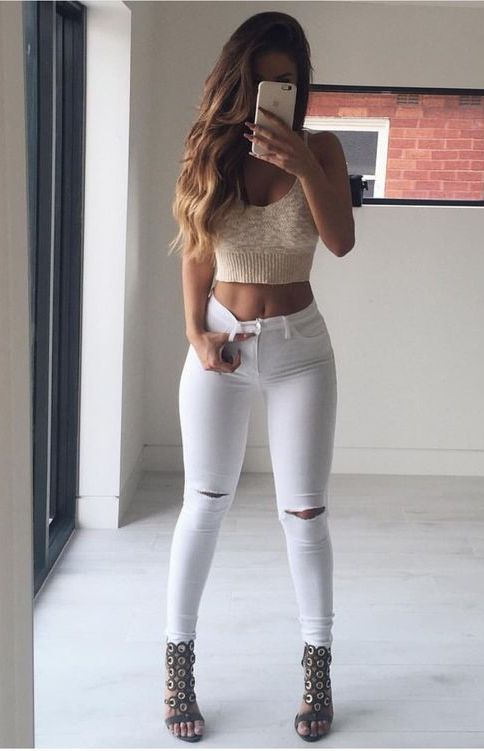 chic crop top + white knee-ripped jeans | casual outfit | street casual style | fashion trends