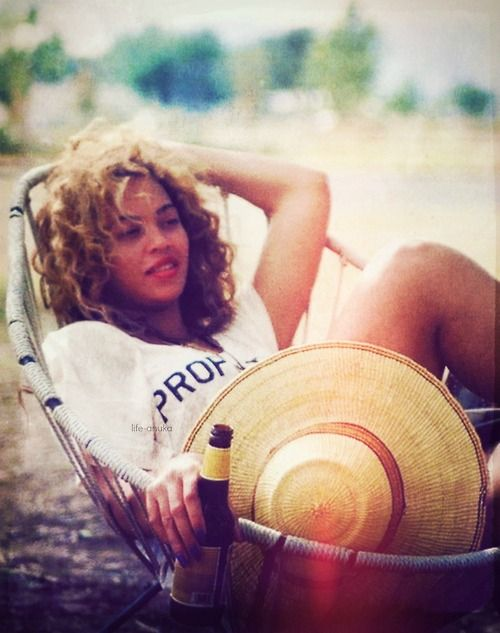 .. Beyonce ..Beach Chairs, Beyonce Celebrities, The Queens, Summer Looks, Summer Day, Queens Bey, Beyoncé Gisele, Girls Fashion, Curly Hair