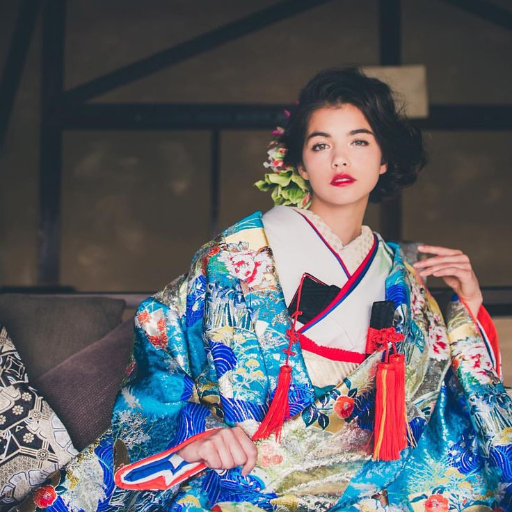 『青道長取秋草』 目の覚めるような鮮やかな青色に花々が散りばめられた打掛。金糸や銀糸がふんだんに使われ、キラキラと輝きます。花嫁様にふさわしい艶やかで存在感のある一枚です。  CUCURU(くくる)  TEL03-3470-9960  東京都港区南青山4-5-25シンクレア南青102 ・外苑前/表参道駅から徒歩13分 ・県外への郵送レンタルも対応しております。  http://www.cucu-ru.com  #CUCURU #花嫁 #花嫁着物  #和婚 #着物 #白無垢 #引き振袖 #色打掛  #kimono #wedding #Weddings #WeddingStyling #Styling #ideas #結婚式 #ウェディング #hair #make  #ヘアメイク #ヘアアレンジ #originalwedding #happy #cute #beautiful #colorful #white #japan #tokyo #weddingdecoration  #instapic 2016.1.13 NO:376