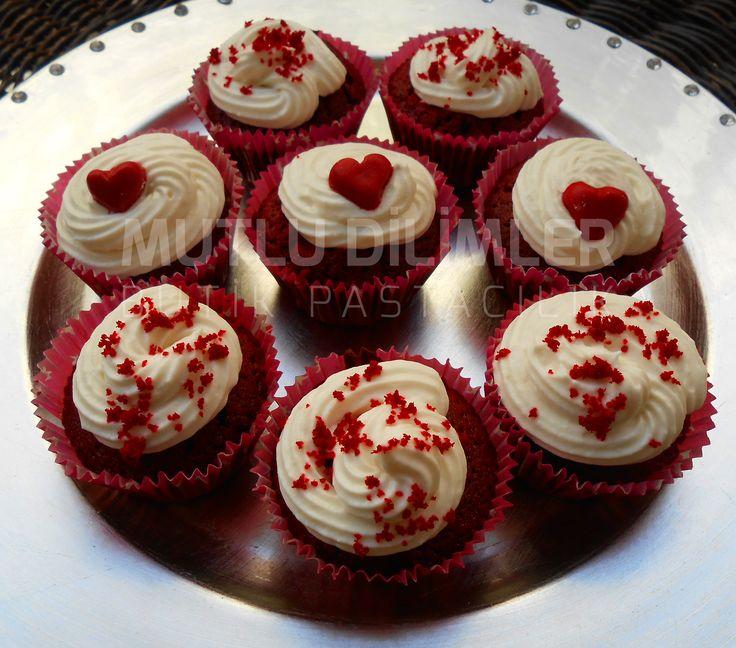 Kırmızı Kadife Kapkek (Red Velvet Cupcake) ♥♥♥ Red velvet cupcakes with sourcherry filling, decorated with delicious cheese frosting   Kakaolu kırmızı kekin içinde vişneli dolgu ve üstünde mis gibi süt kokulu kremasıyla...  Please visit www.mutludilimler.blogspot.com