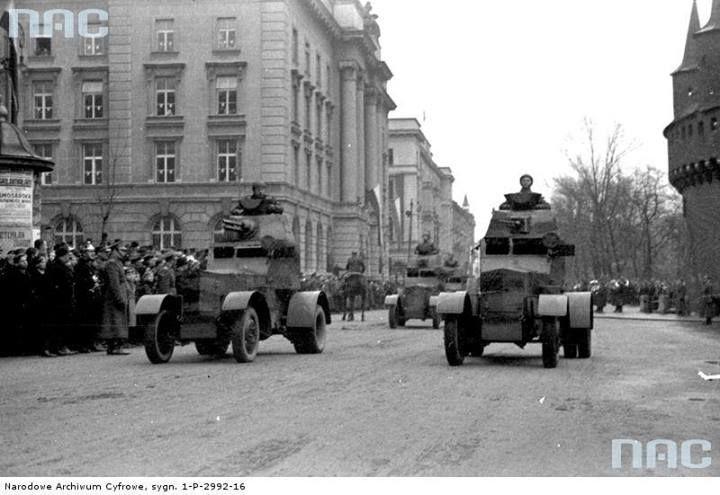 Święto Niepodległości w Krakowie, 11 listopada 1937 r. Defilada wojskowa, przed mieszkańcami dawnej stolicy Polski przejeżdżają samochody pancerne wz.34