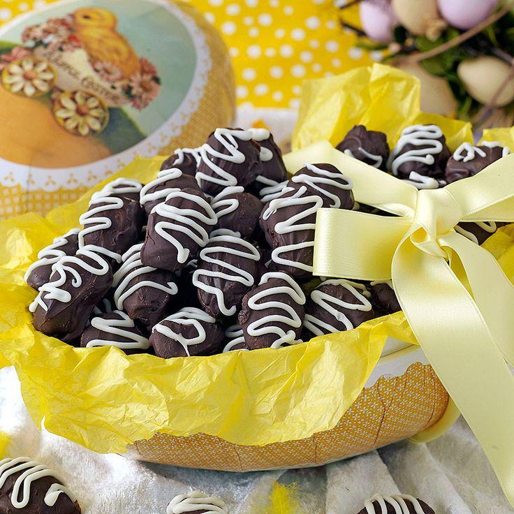 Ringla vit choklad på chokladtryffeläggen med nougat.