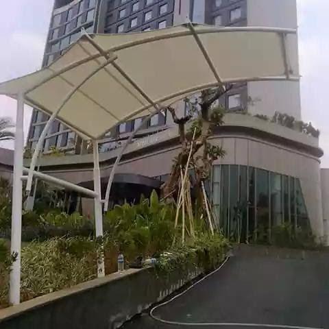 Tenda membrane di jalan masuk gedung