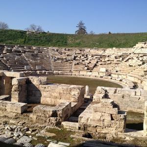 Αρχαίο Θέατρο-Χτισμένο στη νότια πλευρά του λόφου φρούριο τον 3ου αιώνα π.Χ., όπου κατά την αρχαιότητα δέσποζε η οχυρωμένη ακρόπολη της πόλης, είναι ένα από τα σημαντικότερα και μεγαλύτερα θέατρα της περιόδου.