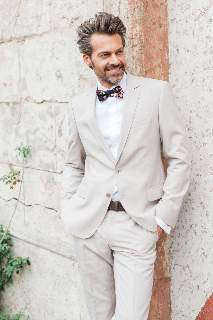 Beige farbender Anzug mit schmalem Revers. Festliches, maßgeschneidertes Outfit neu interpretiert von THE BLOKE. Bräutigam | Hochzeit | Maßanzug | Herren ©Fotografie Dennis Rethers
