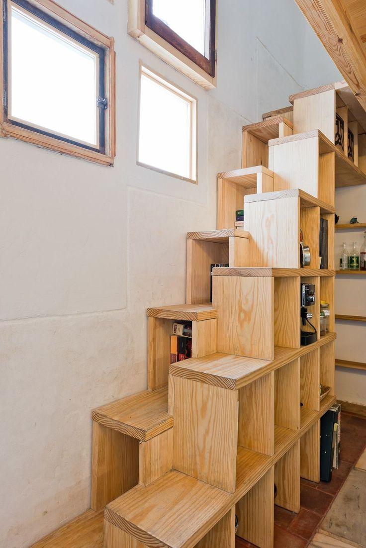 In woningen die almaar kleiner worden en waar elk plekje een praktische invulling moet krijgen, kunnen de verschillende onderdelen van de trap - treden, overlopen, balustrades of ruimtes eronder of erboven - extra functies vervullen. Enkele voorbeelden ter inspiratie.