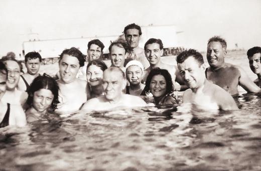 Cumhuriyetin gülen yüzü (29 Ekim 2013)  Atatürk, gençlerle Florya Plajı'nda... 1930'lu yıllar.