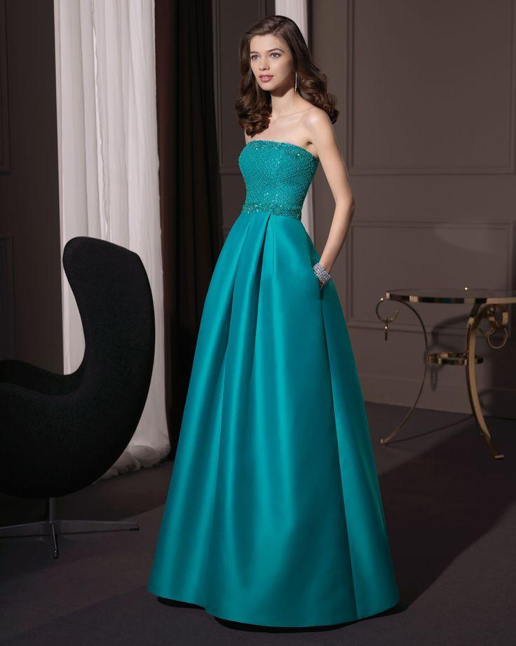 Corpiño de pedrería y sencilla falda en verde es uno de los vestidos para bodas de noche mas deslumbrantes! #bodas #vestidos