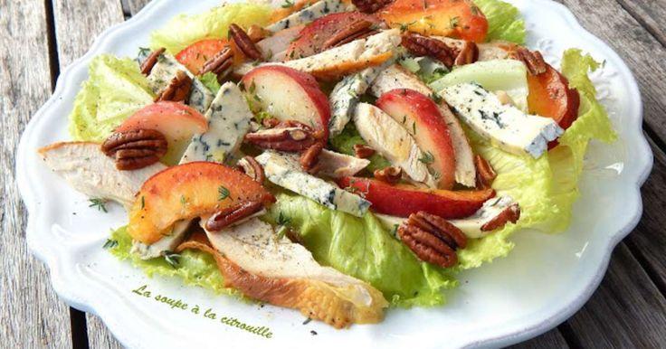 Salade de poulet au bleu, aux pêches et noix de pécan. Voici une jolie salade de poulet avec des pêches, du bleu et assaisonnée d'une excellente vinaigrette au miel et au thym. Très fraîche et estivale, vraiment, c'est la perfection dans la simplicité.. La recette par La soupe à la citrouille.